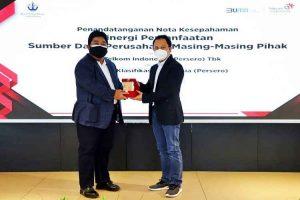 Direktur Enterprise dan Business Service Telkom Edi Witjara (kanan) menyerahkan cindera mata kepada Direktur Pengembangan Sumber Daya BKI Saifudin Wijaya usai penandatanganan Nota Kesepahaman tentang Sinergi Pemanfaatan Sumber Daya Perusahaan di Jakarta pada Rabu (24/3/2021).(Dok. Humas Telkom Indonesia)